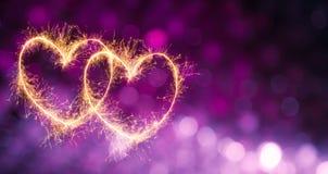 与两发光的心脏的欢乐紫罗兰色紫色背景 免版税图库摄影