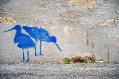 与两只蓝色鸟的图片在墙壁上 库存图片