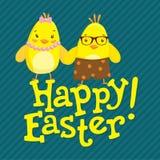 与两只逗人喜爱的鸡的愉快的复活节明信片 免版税库存照片