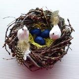 与两只鸟的装饰手工制造巢 免版税库存照片