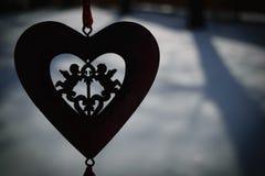 与两名丘比特的心脏在冬天 库存照片