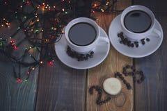 与两咖啡杯和2019年题字的欢乐静物画 库存图片