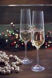 与两块香槟玻璃的静物画 免版税库存图片