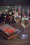 与两块香槟玻璃的静物画 图库摄影