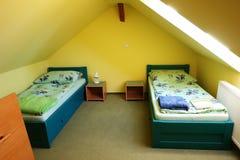 与两张床的内部 库存照片