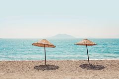 与两把小屋伞的纯净的热带海岛海滩 免版税库存照片