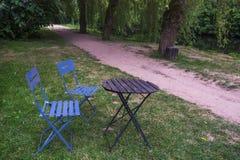 与两把椅子的庭院细节一张一张桌在乡下  库存照片