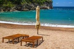 与两把椅子的空的海滩,女王/王后` s海滩,黑山 图库摄影