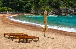 与两把椅子的空的海滩,女王/王后` s海滩,黑山 免版税库存图片