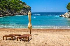 与两把椅子的空的海滩,女王/王后` s海滩,黑山 免版税图库摄影