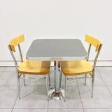与两把椅子的表在自助食堂 库存照片