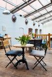 与两把椅子的表-法国式餐馆 免版税库存图片