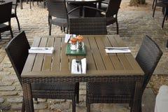 与两把椅子的集合木桌准备好午餐在最佳的商业区 图库摄影