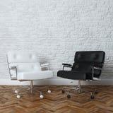 与两把皮革扶手椅子的白色砖墙办公室内部 免版税图库摄影