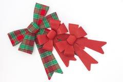 与两把红色假日弓的红色和绿色格子花呢披肩弓 免版税库存图片