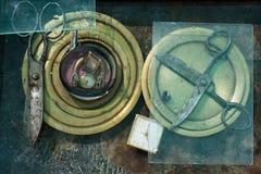 与两把老金属大黑剪刀的艺术静物画铜圆的表面上 免版税库存图片