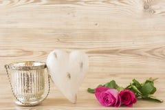 与两朵玫瑰的心脏 免版税库存照片