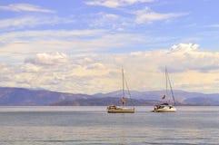 与两条游艇的阿尔巴尼亚海岸 库存照片