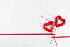 与两条红色心脏和丝带的情人节背景 库存照片