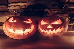 与两杰克O灯笼有光亮的眼睛的和微笑的万圣夜背景在薄雾 库存图片
