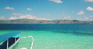 与两渔船的美丽的热带海滩 股票视频