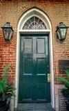 与两盏煤气灯的绿色门在法国街区新奥尔良 免版税库存照片