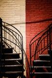 与两种不同颜色的对称楼梯 免版税库存图片