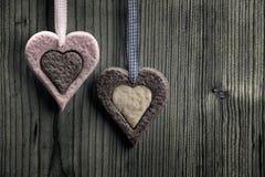 与两种颜色-木背景的心形的饼干 免版税图库摄影