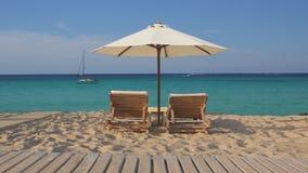 与两空的木休息室sunbeds和白色伞的热带异乎寻常的海滩 股票视频