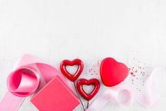 与两红色心脏、礼物盒和ri的情人节背景 免版税库存图片