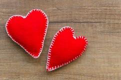 与两红色感觉的心脏的木背景,爱的标志 好为情人节卡片 安置文本 库存照片