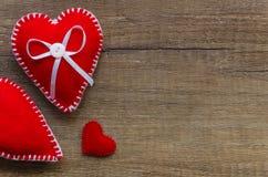 与两红色感觉的心脏的木背景,爱,家庭的标志 好为情人节卡片 安置文本 妈妈 库存照片