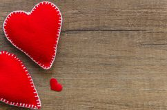 与两红色感觉的心脏的木背景,爱,家庭的标志 好为情人节卡片 安置文本 库存图片