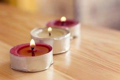 与两红色蜡和一白色的三个美好的蜡烛 库存图片