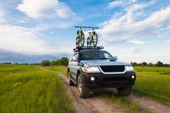 与两辆自行车的4x4 SUV在行李架 免版税库存照片