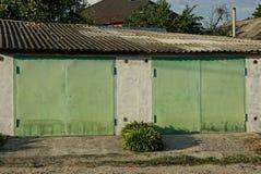 与两铁金门的车库门面在街道上 免版税库存图片