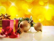 与两件球和礼物水平的c的黄色圣诞节装饰 免版税库存图片
