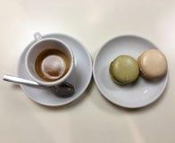 与两macarons的浓咖啡用开心果和香草 免版税库存图片