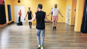 与个人教练的锻炼 箱子的健身房 健身中心 健康俱乐部 钻子和excersice装箱的解雇的  股票视频