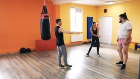 与个人教练的锻炼 箱子的健身房 健身中心 健康俱乐部 钻子和excersice装箱的解雇的  影视素材