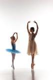 与个人芭蕾老师的小的芭蕾舞女演员跳舞在舞蹈演播室 图库摄影