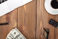 与个人计算机、供应和金钱现金的办公室桌 免版税库存照片