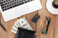 与个人计算机、咖啡杯、玻璃和金钱现金的办公室桌 免版税库存图片