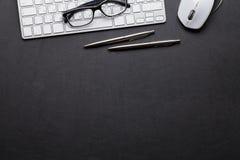 与个人计算机、笔和铅笔的办公室皮革书桌桌 免版税库存照片