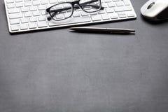 与个人计算机、玻璃和笔的办公室皮革书桌桌 图库摄影