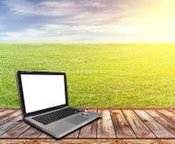 与个人计算机和草坪的木大阳台 免版税图库摄影