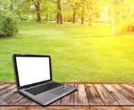 与个人计算机和草坪的木大阳台 免版税库存图片