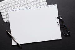 与个人计算机,笔记薄的办公室皮革书桌桌 库存照片