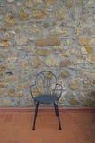 与中世纪墙壁的椅子在背景中 旅馆或咖啡馆在托斯卡纳, 库存照片
