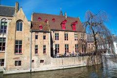 与中世纪房子、咖啡馆和运河的风景都市风景在布鲁基,比利时 图库摄影